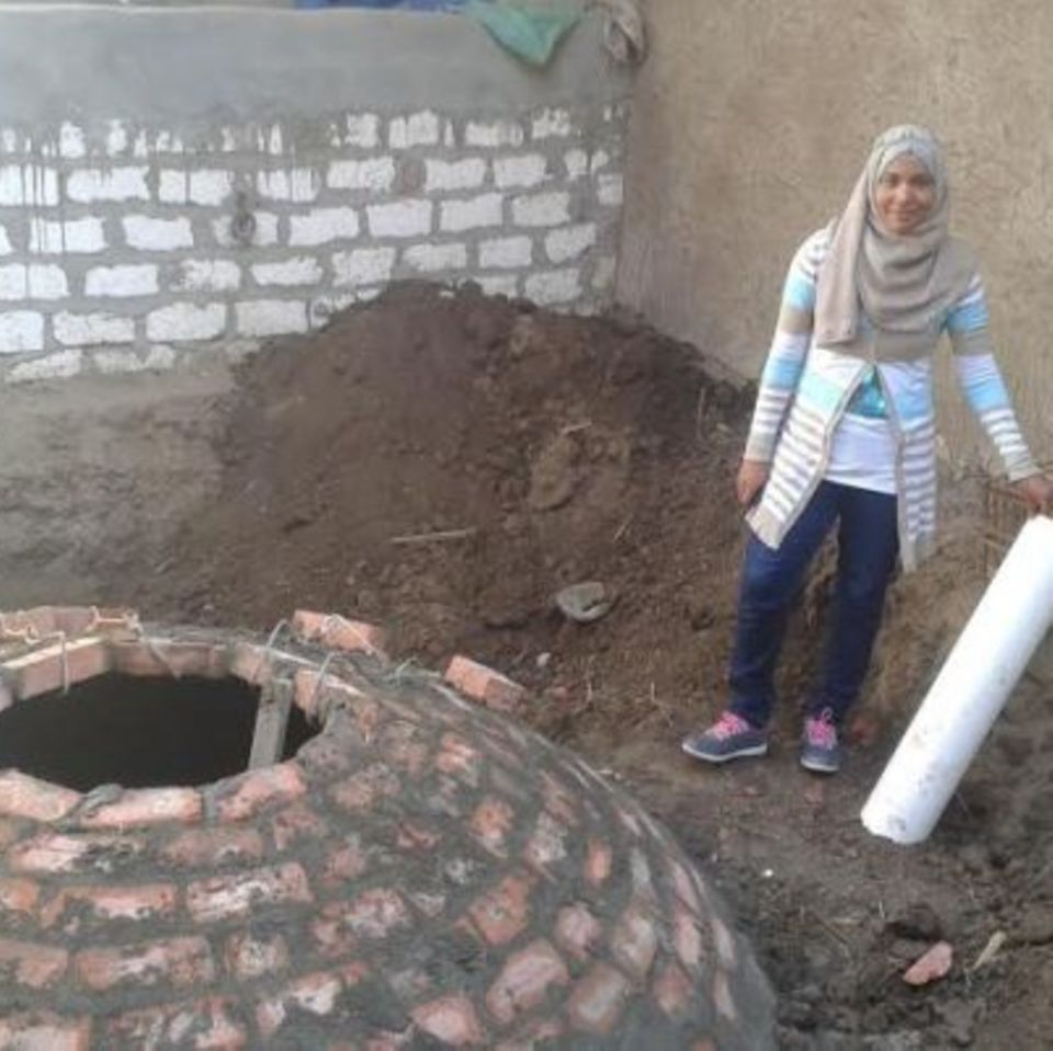 Die Ägypterin Mona al-Khodairy auf einer Baustelle