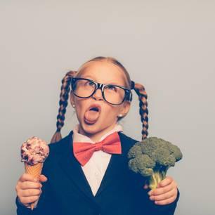 Mädchen mit Eis und Broccoli