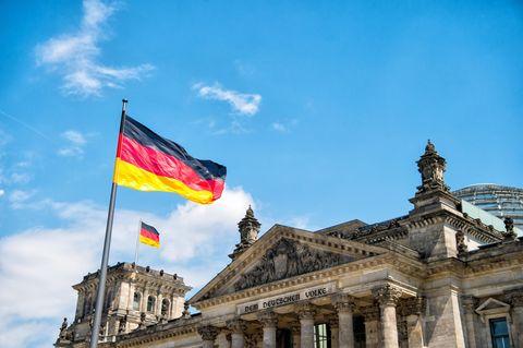 Nationalhymne: Deutschlandfahnen vor dem deutschen Bundestag