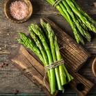 Rohen Spargel essen: Grüner Spargel auf dem Schneidebrett