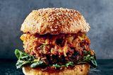Frittierter Kräuterseitlingburger mit Zucchini-Kimchi