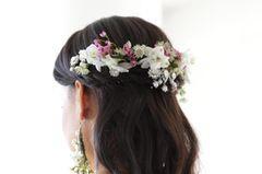 Brautfrisuren: Haare hinten mit Blumen festgesteckt