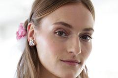 Brautfrisuren: Mittelscheitel und hinten zurückgebundene Haare