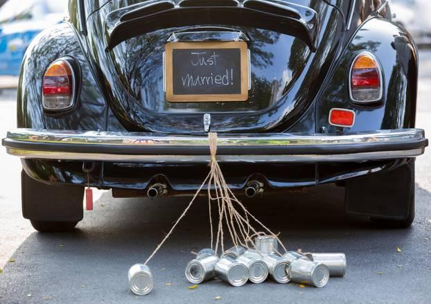 Auto mit Blechdosen