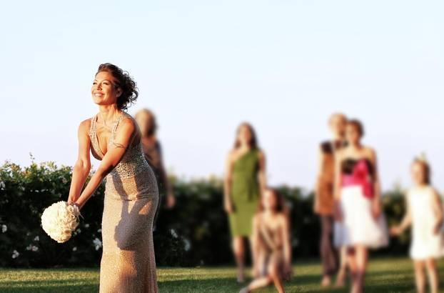 Brautstrauß werfen: Braut wirf den Brautstrauß