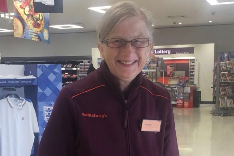 Bewegend: Supermarkt beschäftigt alzheimerkranke Frau immer weiter