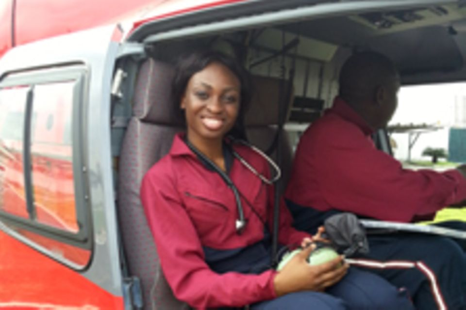 Dr. Ola Orekunrin-Brown in einem Notfall-Hubschrauber
