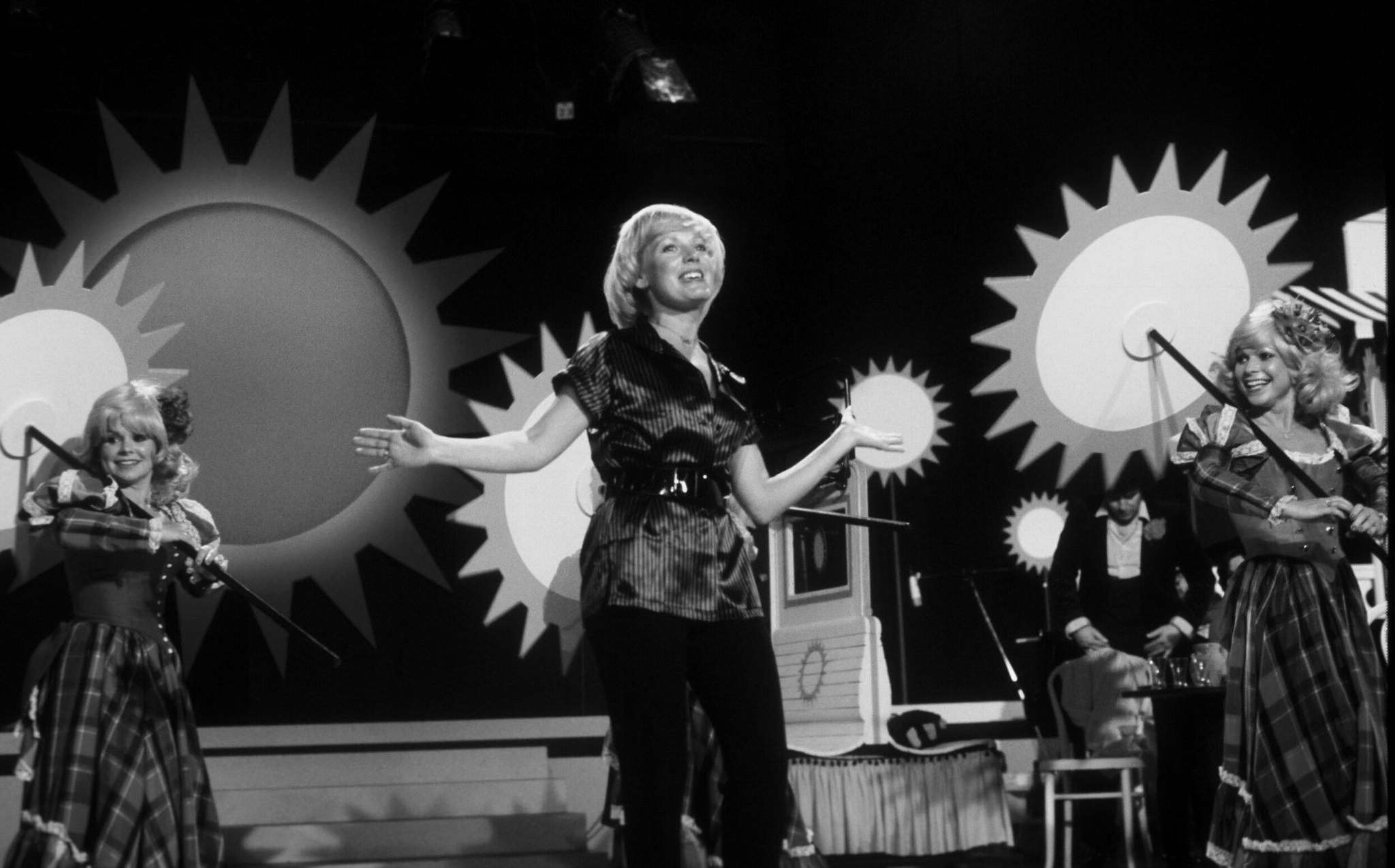 Große Trauer umUlla Norden. Die beliebte WDR 4-Moderatorin und Schlägersängerin ist tot. Die 77-Jährige starb am 5. März in einem Krankenhaus in Bad Neuenahr.  Ulla Norden arbeitete fast zwei Jahrzehnte als Moderatorin beiWDR4 und führte so unter anderem durch die 'Morgenmelodie' oder den 'Musikpavillion'. In den 60er Jahren kam dann der Durchbruch als Schlägersängerin und Hits wie 'Ich bin verliebt in den eigenen Mann' und 'Heimat, deine Sterne'.