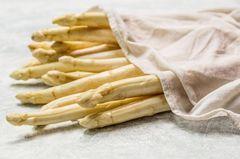 Spargel aufbewahren: weißer Spargel im Küchentuch