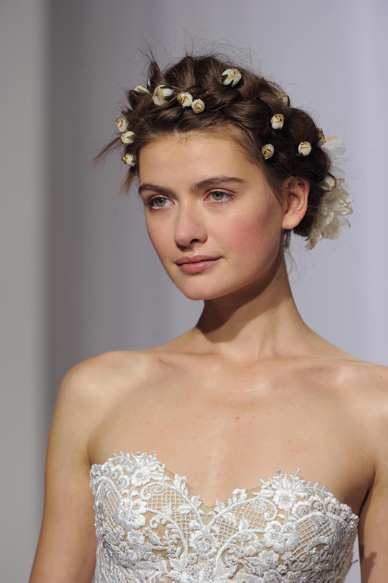Hochsteckfrisuren für die Hochzeit: Romantisch gestylt mit zarten Blüten