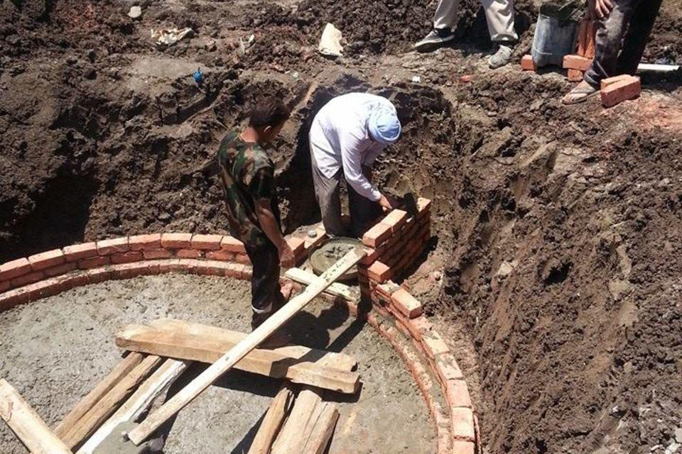 """Drei Männer auf der Baustelle einer """"Biogas-Anlage"""" in Ägypten"""