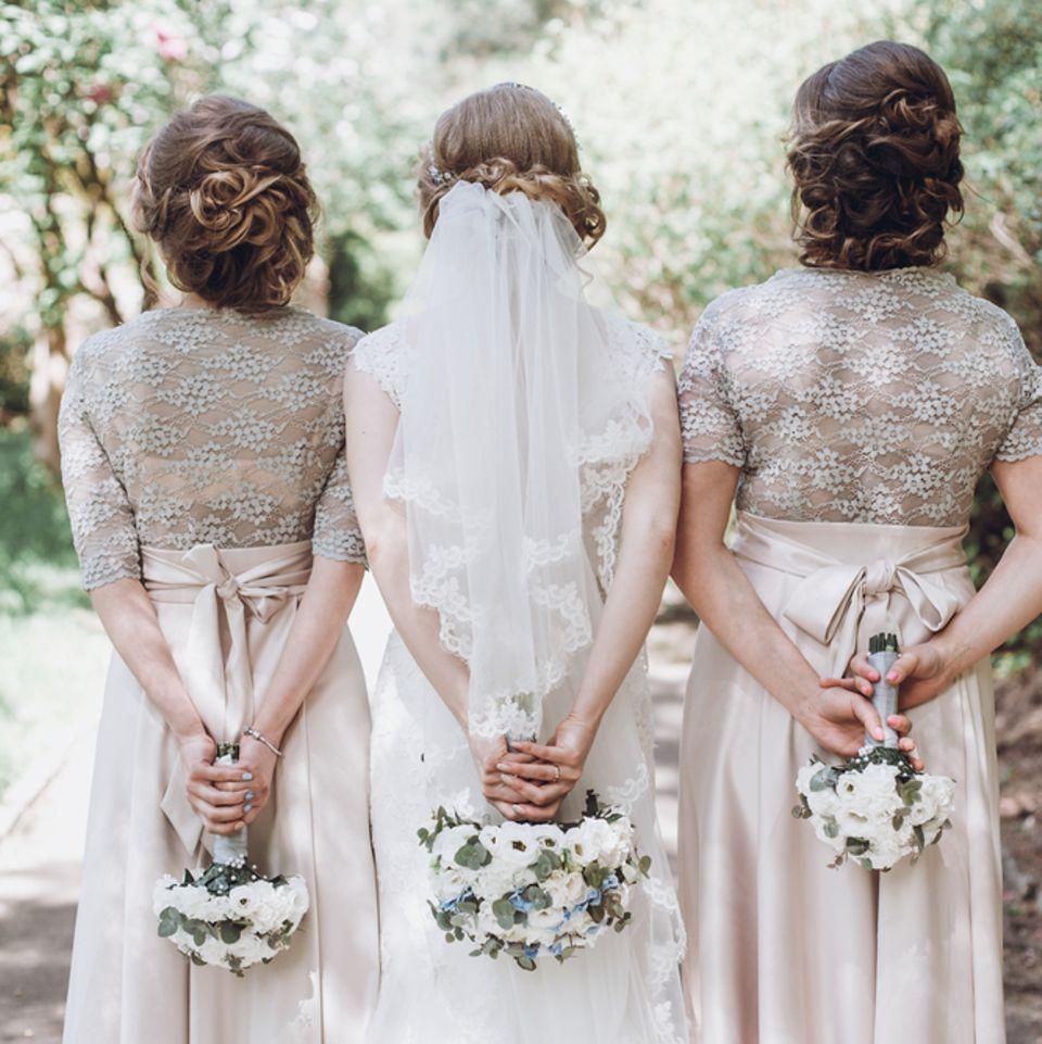 Brautfrisuren für lange Haare: Braut und ihre beiden Brautjungfern