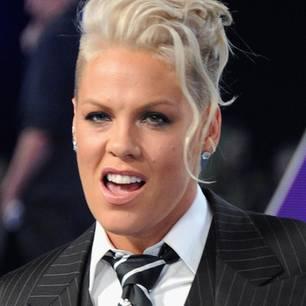Die Sängerin Pink in Nadelstreifenanzug mit Krawatte
