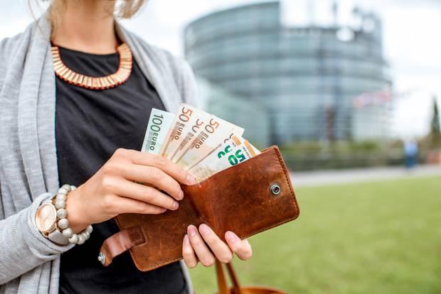 Pareto-Prinzip: Frau mit Geldscheinen