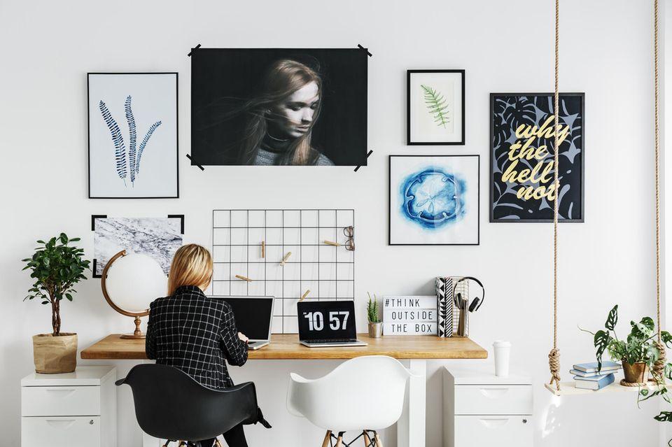Pareto-Prinzip: Frau am aufgeräumten Schreibtisch