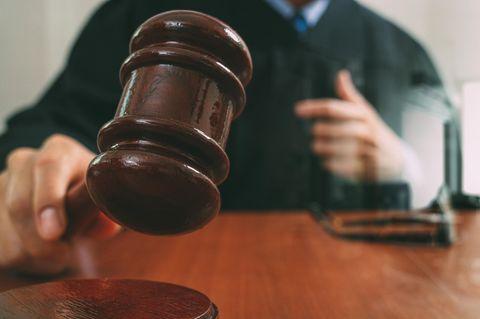 Belgien: Ein Richter fällt ein Urteil mit seinem Hammer