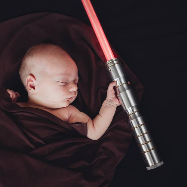 Baby mit Lichtschwert