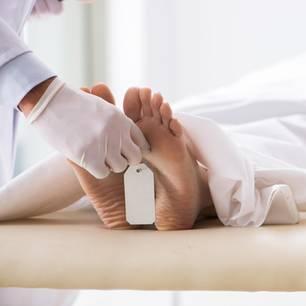 Krankheit X: Toter Patient auf Bett (Symbolbild)