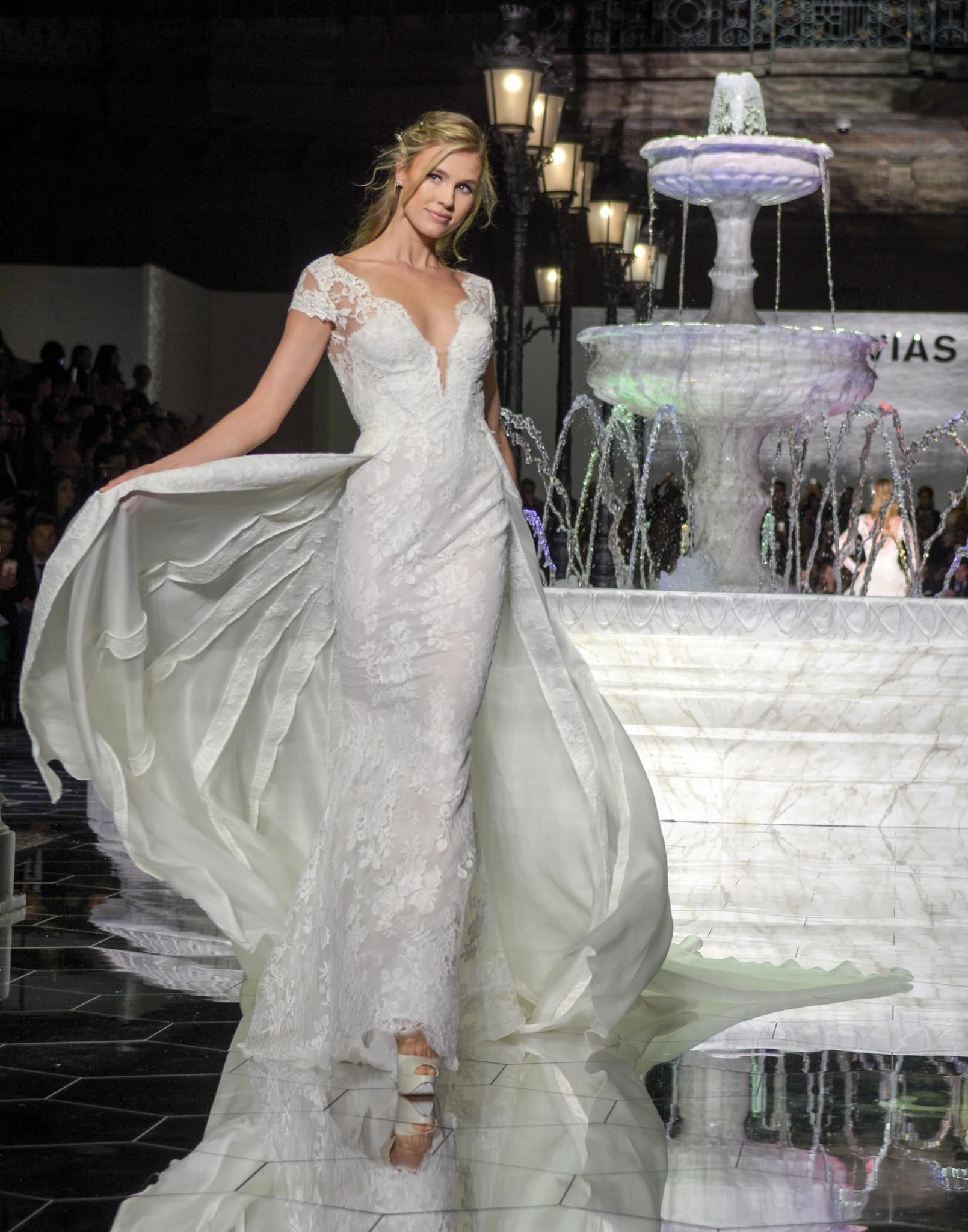 Hochzeitskleid mit langer Schleppe von Pronovias