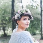 Brautfrisuren für kurze Haare - mit Blumenkranz im Deckhaar