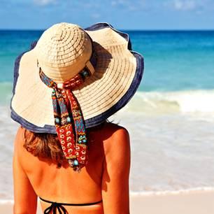 Sonnenbrand: Frau steht am Meer
