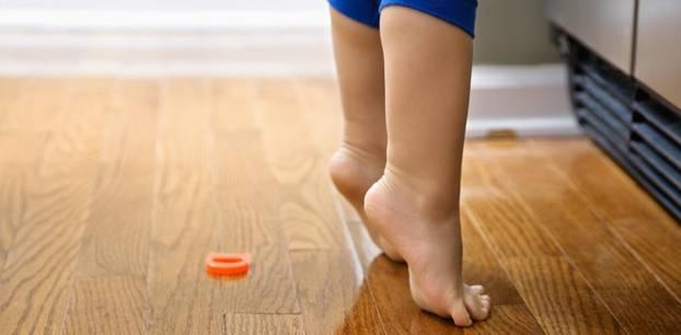Zehenspitzengang: Kind steht auf Zehenspitzen