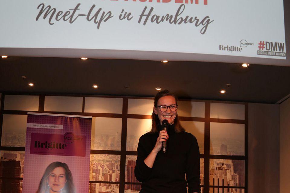 Anna van Koetsveld, Leiterin der BRIGITTE Academy, begrüßt die Teilnehmerinnen des Meet-Ups.