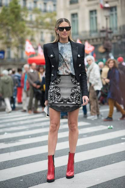 Streetstyle mit Blazer, Minirock und Boots