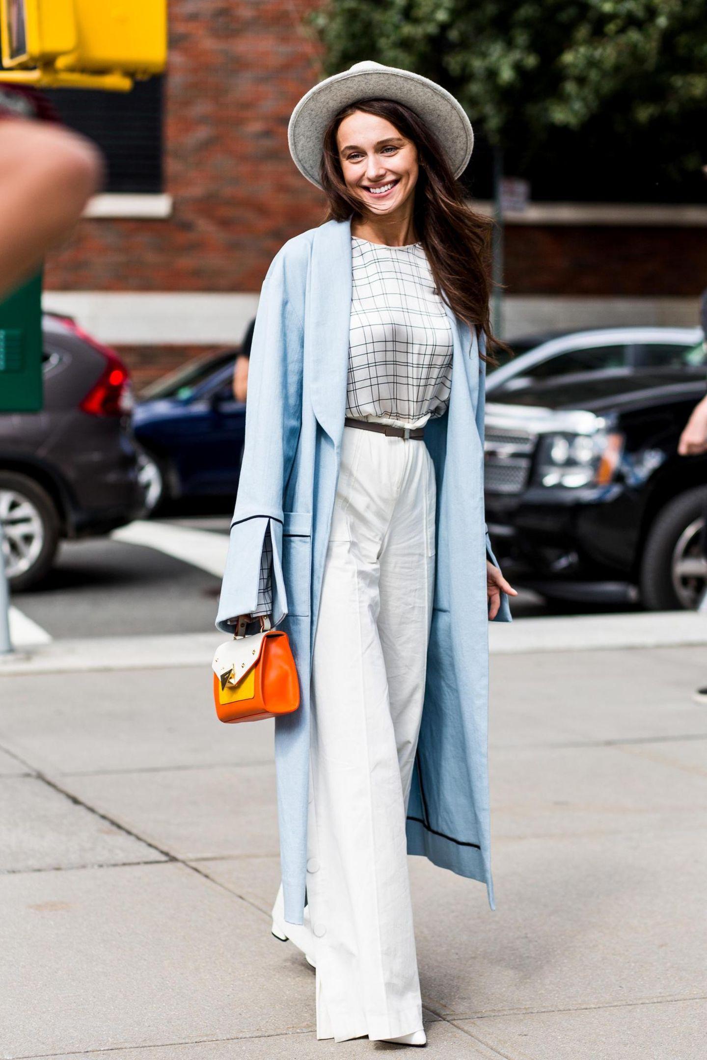Streetstyle mit blauem Gehrock