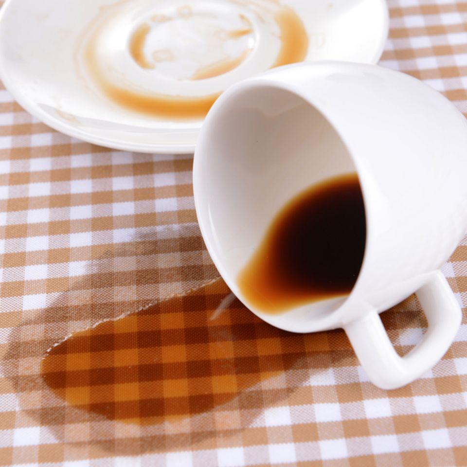 Kaffeeflecken entfernen: Kaffe verschüttet auf Tischdecke