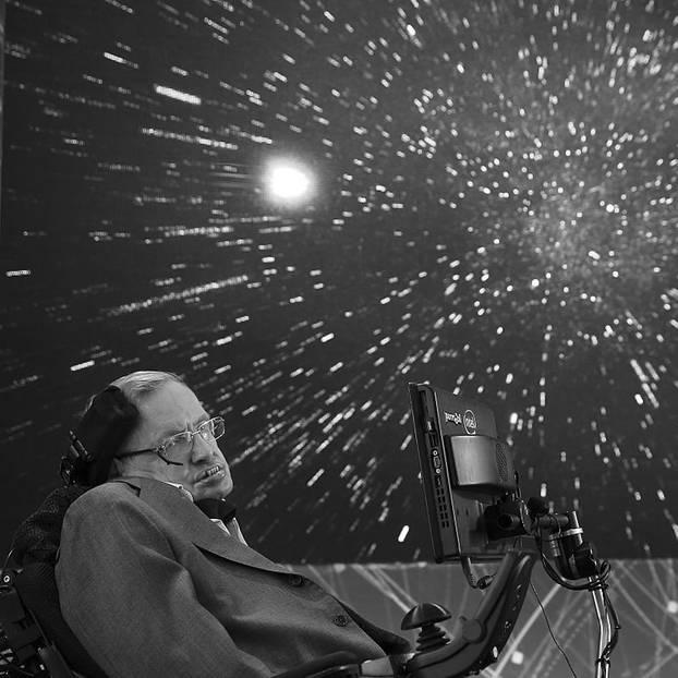 """Er war eines der größten Genies unserer Zeit: Der britische Astrophysiker Stephen Hawking erforschte Zeit seines Lebens unser Universum und unseren Ursprung. Er galt als einer der klügsten Köpfe der Welt, sein Buch """"Eine kurze Geschichte der Zeit"""" machte komplexe Zusammenhänge auch für Laien verständlich. Am 14. März 2018 ist er gestorben.  Stephen Hawking litt seit Jahrzehnten an der Nervenkrankheit ALS und war nahezu bewegungslos an einen Rollstuhl gefesselt. Verständigen konnte er sich nur noch durch einen Sprachcomputer - dennoch forschte Hawking bis zu Schluss und trat zuletzt vor allem als Mahner auf, der vor den Gefahren von Klimawandel und Künstlicher Intelligenz warnte."""