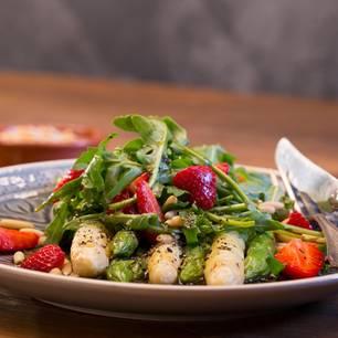 Vorspeise mit Spargel: Spargel Erdbeer Salat