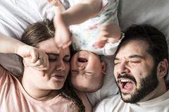 Eltern verzweifelt in Bett mit wachem Baby
