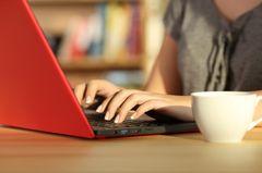 Closeup einer Frau am Laptop