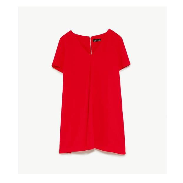 Rotes Kleid mit V-Ausschnitt