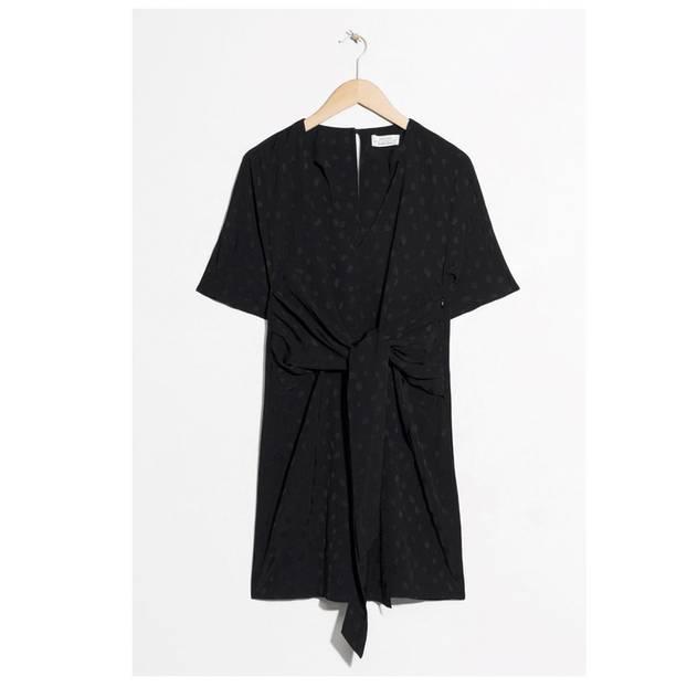 Schwarzes Kleid mit Drappierungen
