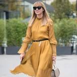 Frau trägt gelbes Midi-Kleid