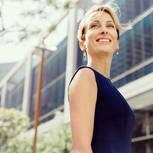 Gehaltsverhandlungen: Stolze Frau, die mehr Geld bekommen hat