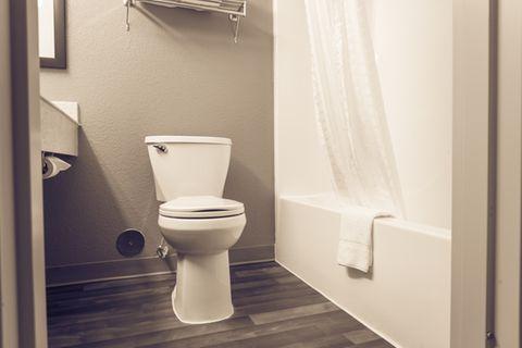 Duschvorhang waschen: Badezimmer mit Duschvorhang