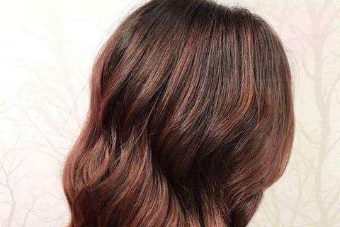 Frau trägt Rose Brown Hair