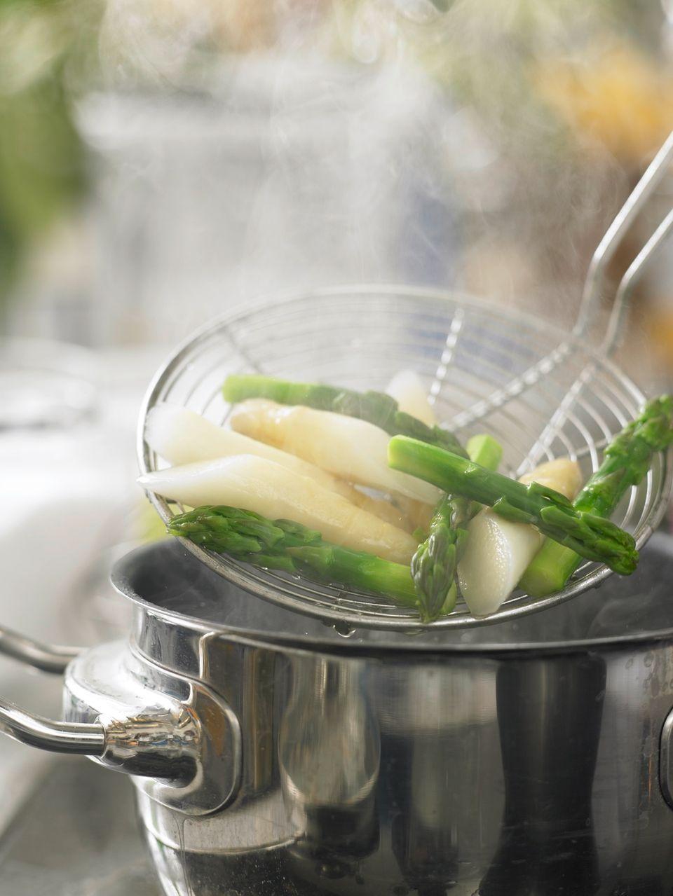 Spargelragout: gekochten Spargel aus dem Wasser fischen