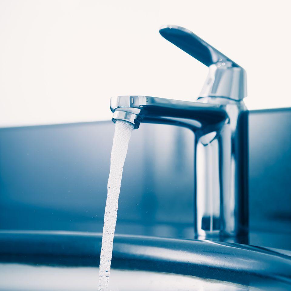 Wasserhahn entkalken: Laufendes Wasser aus dem Hahn