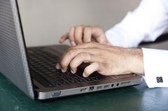 London: Nahaufnahme von einem Mann am Laptop