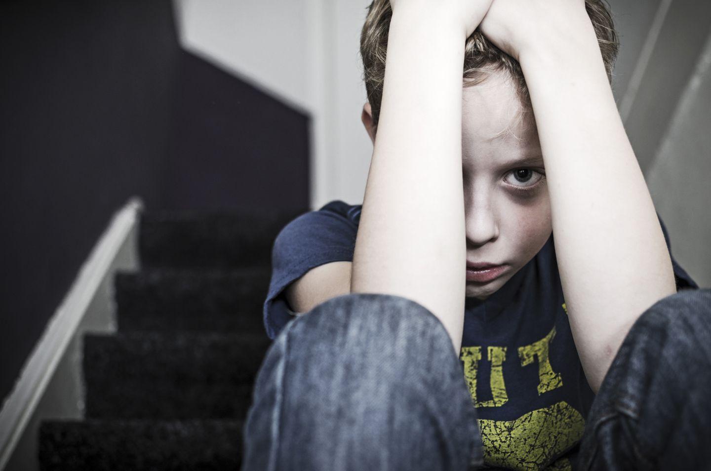 Kindesmissbrauch - Junge duckt sich vor Angst