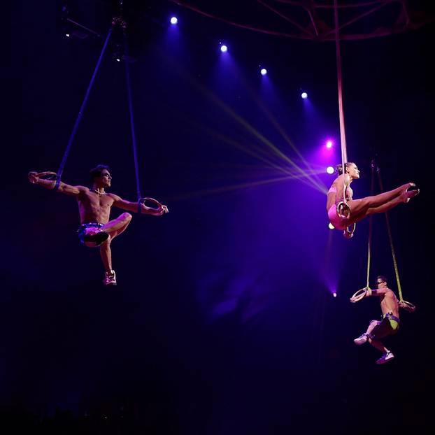 Cirque du Soleil: drei Artisten in einer Luftnummer