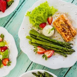 Spargelrezepte kalorienarm: grüner Spargel mit Fisch und Erdbeeren
