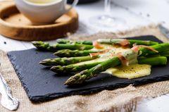 Sauce Mousseline: Grüner Spargel mit Soße und Parmaschinken