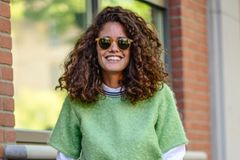 Bloggerin trägt eine verspiegelte Sonnenbrille