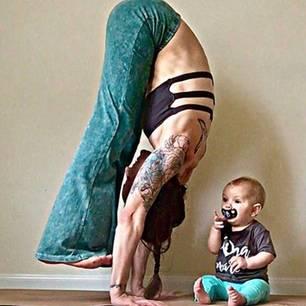Instagram: Eine Frau macht Yoga-Handstand neben ihrem Baby