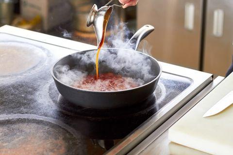 Tomatenflecken entfernen: Soße spritzt aus Pfanne